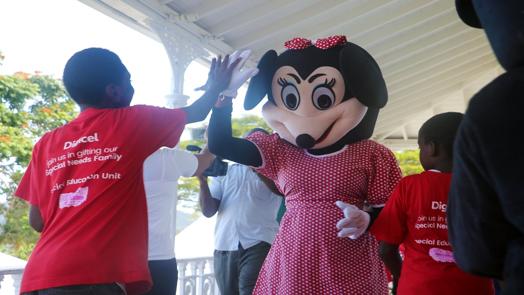 Minnie hangs out with children at party