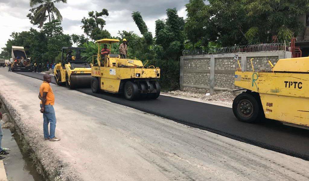 Photo : Des employés du MTPTC œuvrant dans la construction de route à travers le pays. Crédit Photo : MTPTC