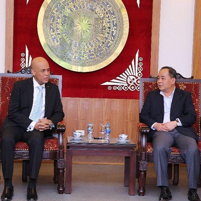 Michel Joseph Martelly à Hanoi ou il s'entretenait avec Le Khanh, Ministre de la Culture, des Sports et du Tourisme, en prélude à sa participation au Sommet du Tourisme du Forum Economique du Vietnam./Photo: Compte Twitter.