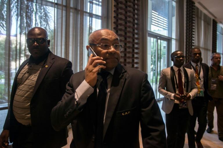 Le président de la CAF Ahmad Ahmad (c) au téléphone à sa sortie de la réunion extraordinaire à Accra visant à retirer l'organisation de la CAN-2019 au Cameroun le 30 novembre 2018