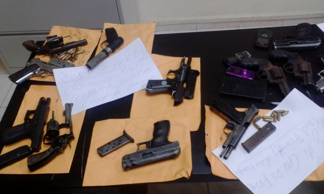 Des armes a feu saisit par la DCPJ lors de l'opération « Tempête » en 2015 au cours de laquelle la DCPJ entend mettre les bandits terrorisant la population hors d'état de nuire.