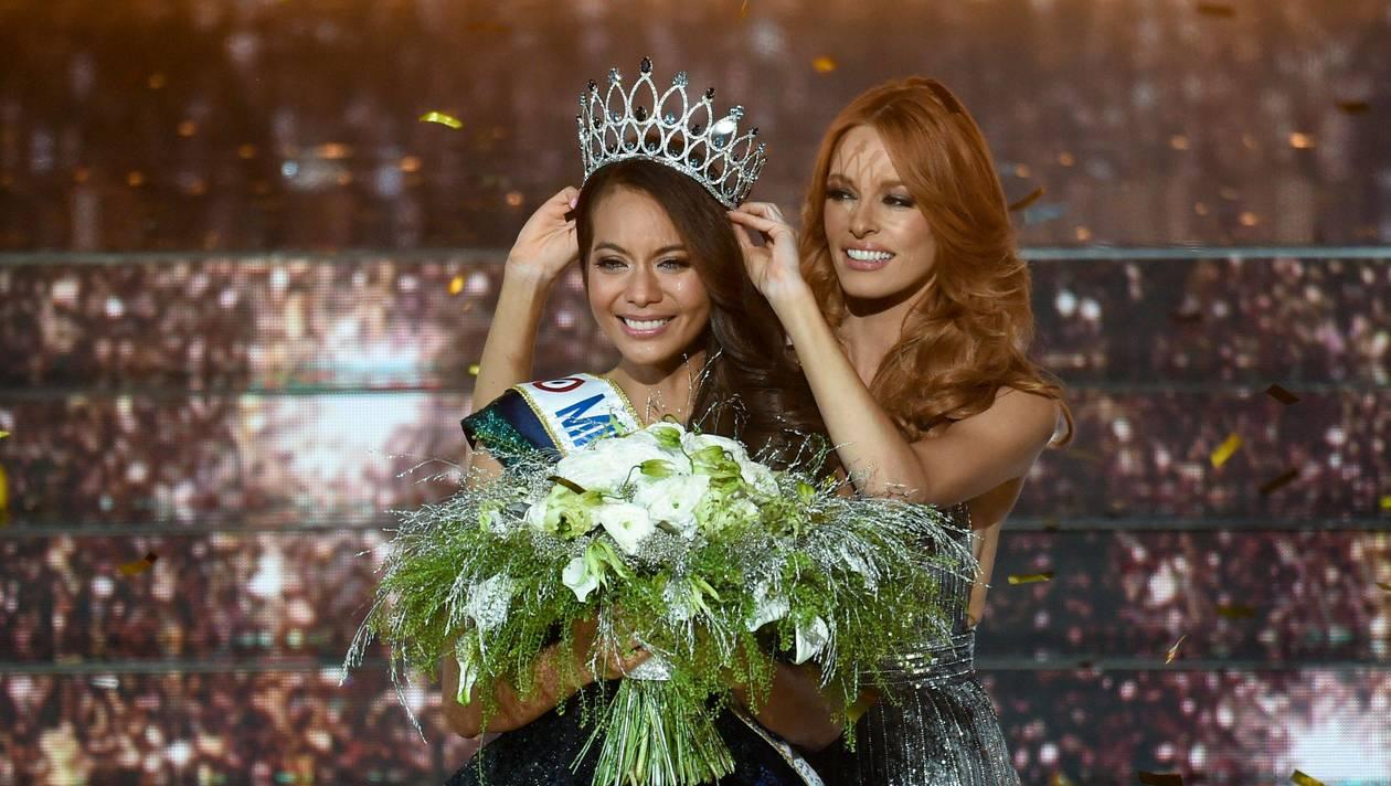 Miss Tahiti Vaimalama Chaves élue Miss France 2019, au côté de Miss France 2018 Maeva Coucke, à Lille le 15 décembre 2018