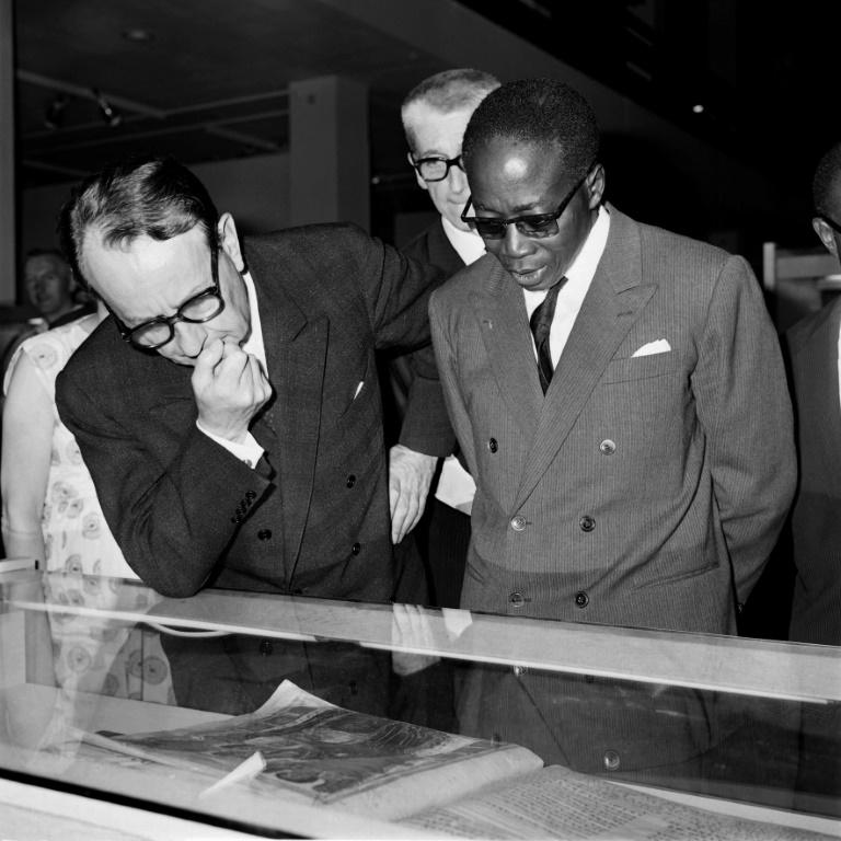 Le ministre français de la Culture André Malraux (à gauche) et le président du Sénégal Léopold Sédar Senghor (à droite) à l'ouverture du 1er Festival Mondial des Arts Noirs (FESMAN), le 1er avril 1966 à Dakar / AFP