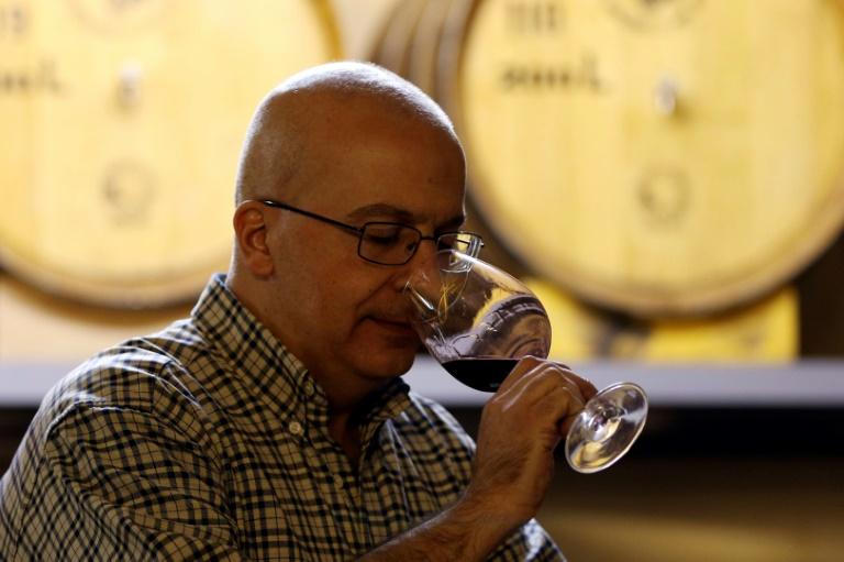 Omar Zumot, viticulteur jordanien, goûte un vin dans son chai Saint George à Zahab, le 5 novembre 2018 en Jordanie