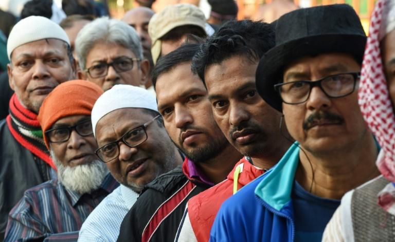 Des électeurs dans une file d'attente devant un bureau de vote de la capitale bangladaise Dhaka le 30 décembre 2018