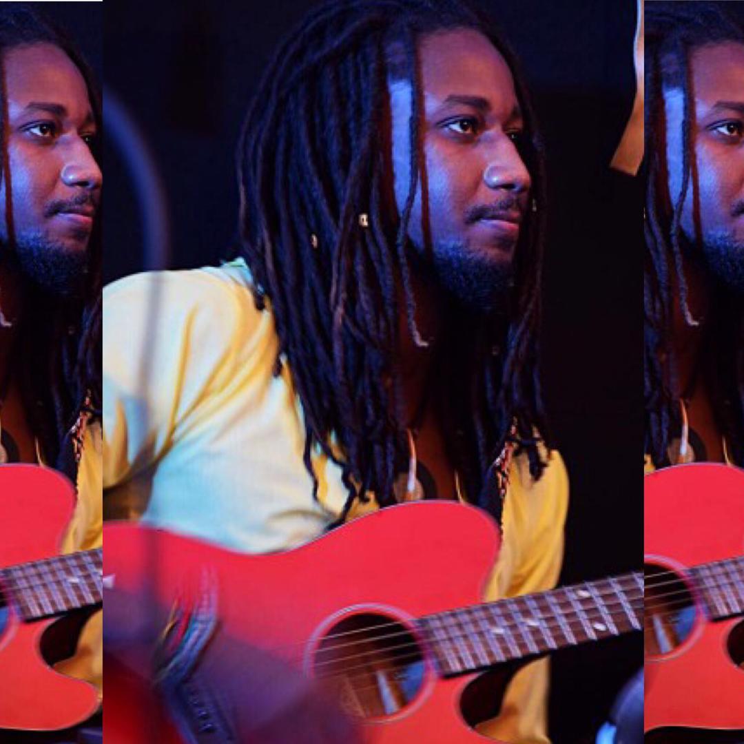 Toussaint Jim Kerby avec sa guitare