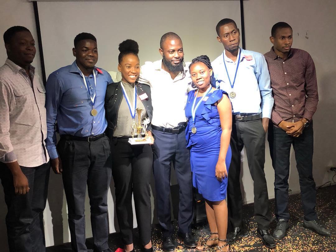 L'équipe gagnante du Hult Prize CTPEA accompagnée des membres du jury