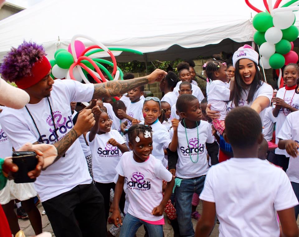 L'acteur américain Nick Cannon lors de sa visite en Haiti l'an dernier ou, accompagné de Sarodj Bertin, a distribué des jouets à des enfants.