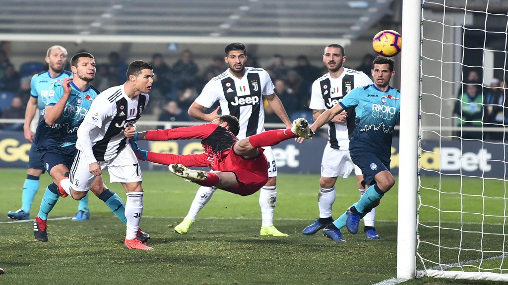 Juventus' Cristiano Ronaldo, third from left, scores his side's second goal during the Serie A football match against Atalanta in Bergamo, Italy, Wednesday, Dec. 26, 2018.
