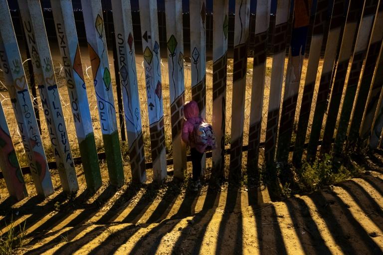 Un garçon porte une photo de Jakelin Caal, décédée aux Etats-Unis, pendant ses obsèques au Guatemala le 25 décembre 2018