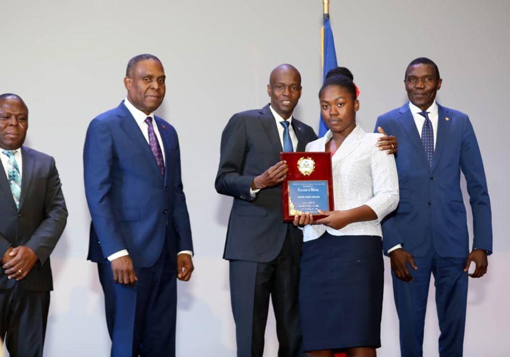 Les lauréats des examens d'État honorés par le gouvernement haïtien.