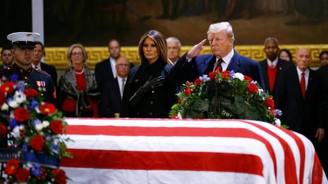 L'actuel président des Etats-Unis Donald Trump et sa femme Melania devant le cercueil du 41e président des Etats-Unis George H. W. Bush, sous la coupole du Capitole à Washington, le 3 décembre 2018. [MANDEL NGAN / AFP]