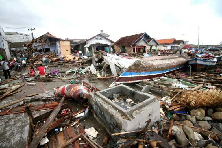 Des secouristes indonésiens transportent un corps à Carita le 24 décembre 2018, deux jours après le tsunami qui a fait au moins 281 morts