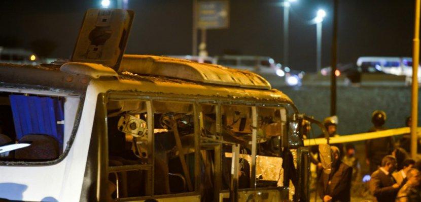 Une photo prise le 28 décembre 2018 montre un bus de touristes vietnamiens endommagé après une attaque à la bombe qui a coûté la vie à deux touristes près des pyramides au Caire - MOHAMED EL-SHAHED [AFP]