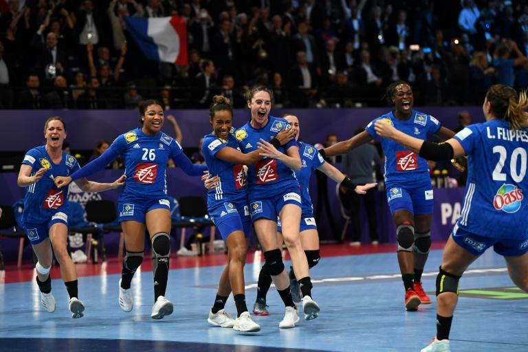 Les Françaises soulèvent le trophée de championnes d'Europe de handball, à l'issue de la victoire sur la Russie à Paris, le 16 décembre 2018
