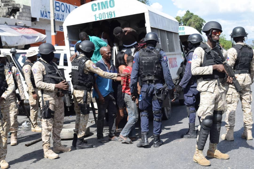 Escapade du chef de gang Arnel : Printemps Bélizaire implicitement indexé, des députés de l'opposition dénoncent l'attitude du sénateur Lambert.