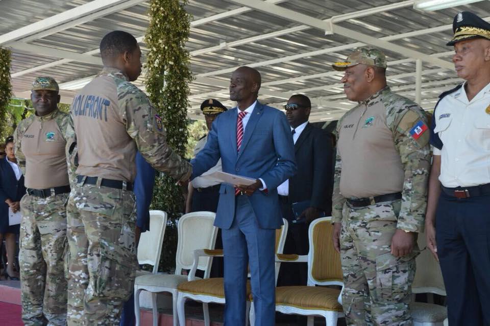 Le président Jovenel Moise ainsi que des agents de la POLIFRONT lors de la remise des diplômes. Crédit Photo : PNH