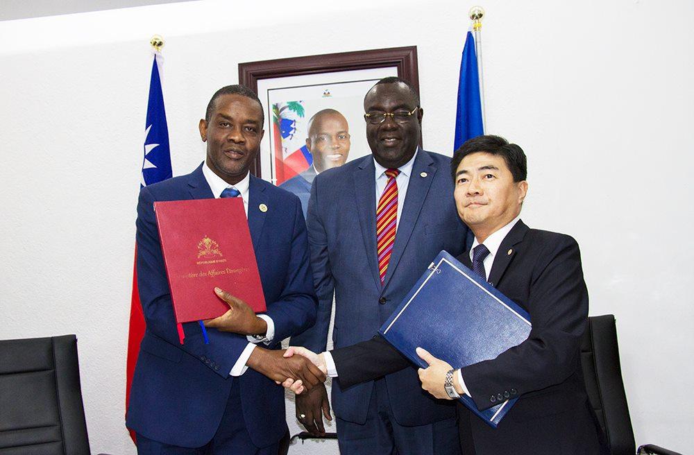 Les ministres haïtiens de l'Agriculture et des Affaires étrangères et l'ambassadeur de la République de Chine en Haiti, Mr Cheng-Hao Hu./Photo: Compte facebook Ministère Agriculture