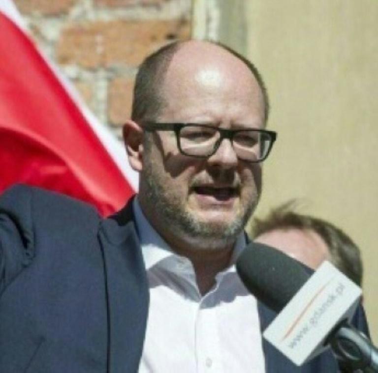 Le maire de Gdansk Pawel Adamowicz gît au sol après avoir été attaqué au couteau par un homme lors d'un concert de bienfaisance, le 13 janvier 2019 à Gdansk