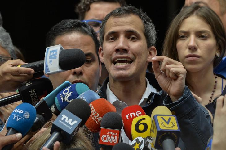 Le président autoproclamé du Venezuela, Juan Guaido, s'adresse à la presse après avoir assisté à une messe en l'honneur des prisonniers politiques et des exilés à l'église San Jose de Caracas, le 27 janvier 2019