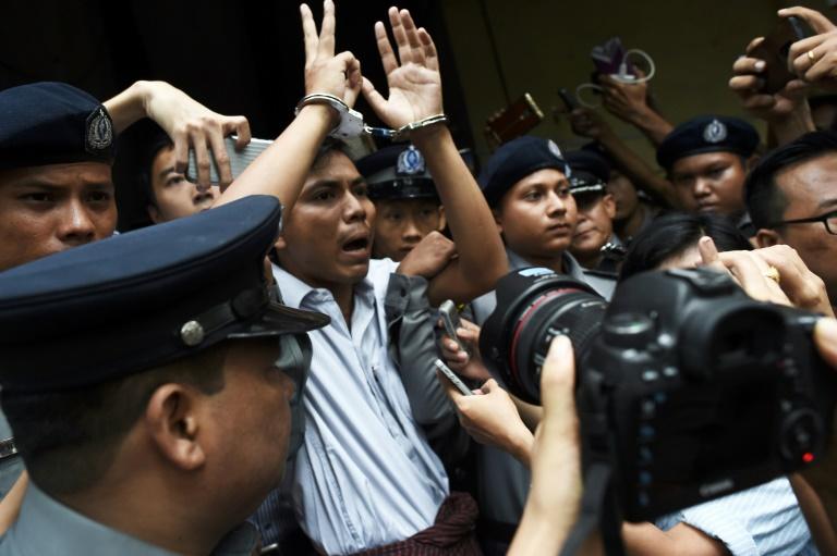 Le journaliste birman Wa Lone (c), escorté par des policiers, après sa condamnation à sept ans de prison, le 3 septembre 2018 à Rangoun