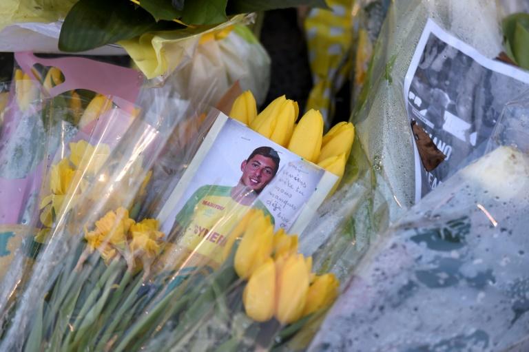 Des fleurs, des messages et des bougies ont été déposés devant un portrait géant du footballeur argentin Emiliano Sala à l'extérieur du stade de La Beaujoire avant le match de Championnat entre Nantes et Saint-Etienne, le 30 janvier 2019