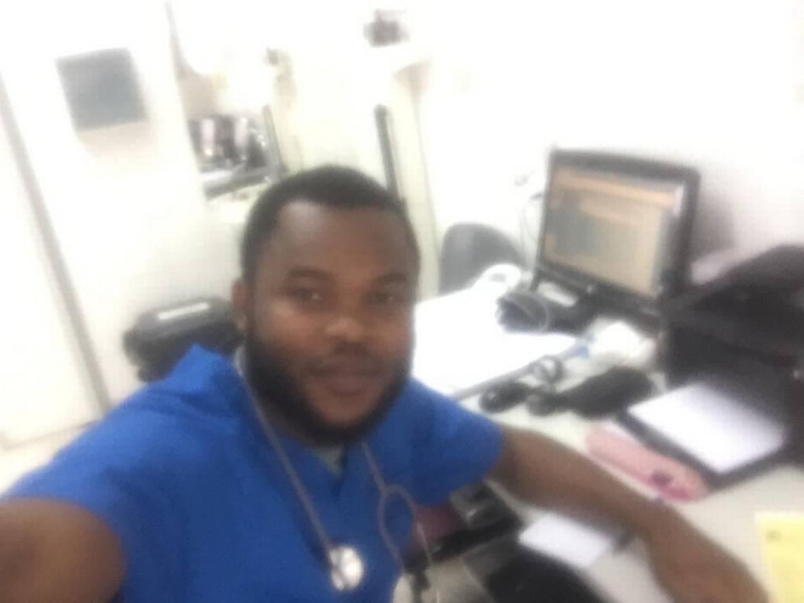 Ce médecin Haïtien a sauvé plusieurs vies dans un accident au Chili. Photo: 24 Horas