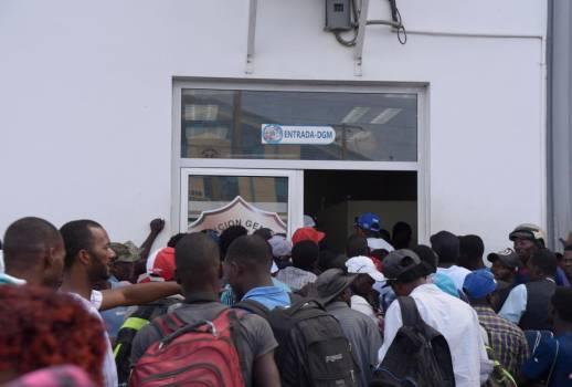 Une somme de $ 20 réclamés aux Haïtiens pour traverser la frontière. Photo: Diario Libre