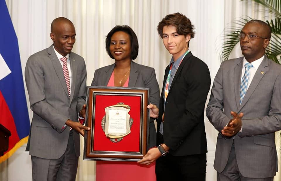 Mateo Coles reçoit du couple présidentiel une plaque d'honneur. Photo: La Présidence