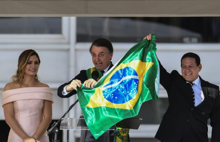 Le nouveau président brésilien Jair Bolsonaro, ceint de l'écharpe présidentielle remise par son prédécesseur Michel Temer, le 1er janvier 2019 à Brasilia