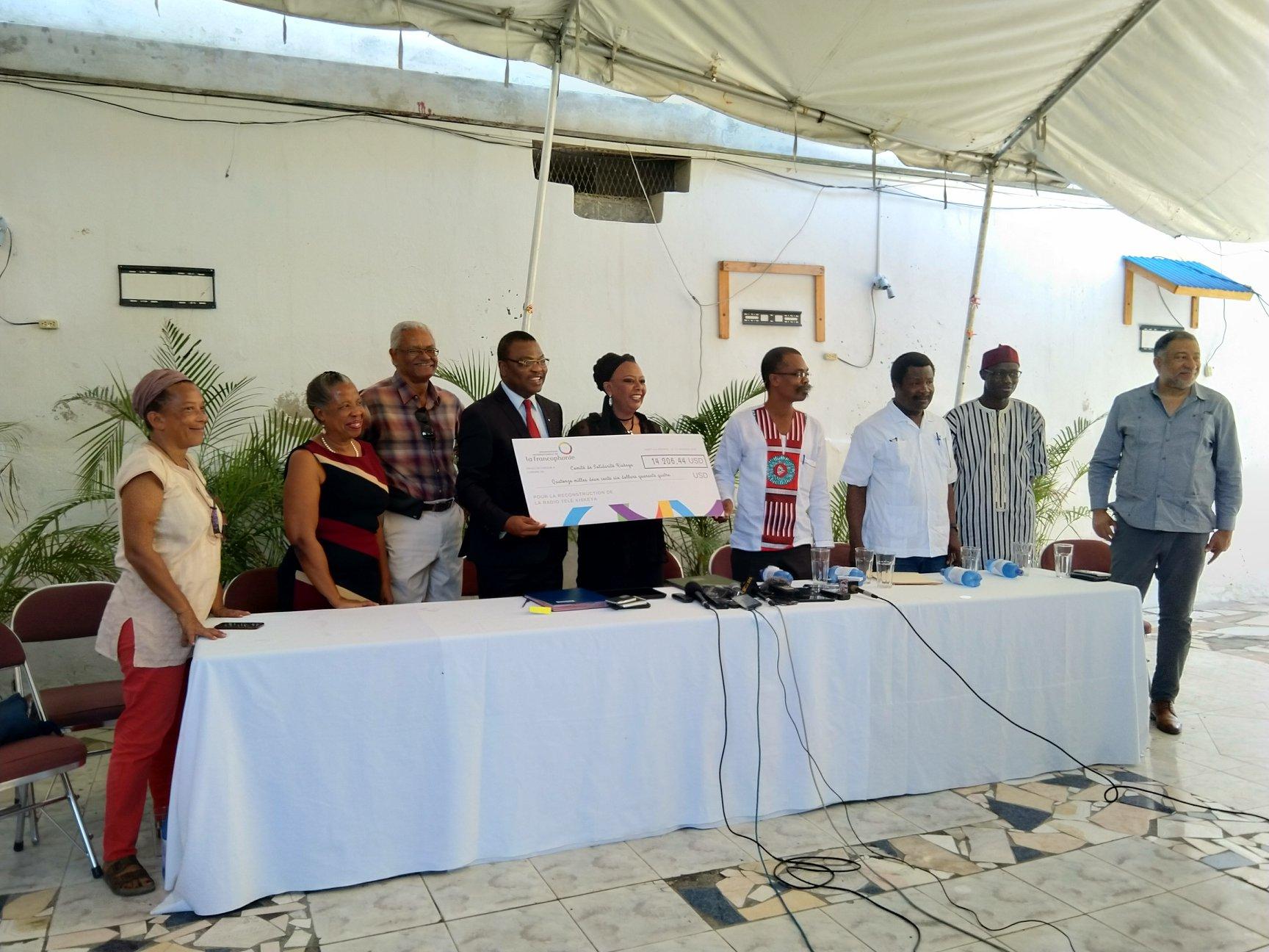 Remise du chèque en presse des membres du comité de solidarité et de la presse/ Crédit: Bureau de l'OIF - Caraïbe et Amérique Latine