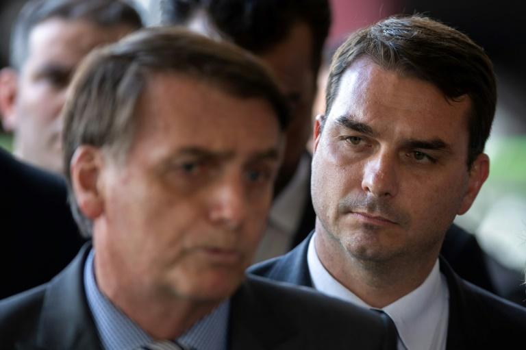 Le président brésilien Jair Bolsonaro (à gauche) et son fils aîné Flavio Bolsonaro, le 28 novembre 2018 à Brasilia