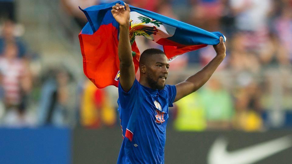 Duckens Nazon avec le drapeau haitien.