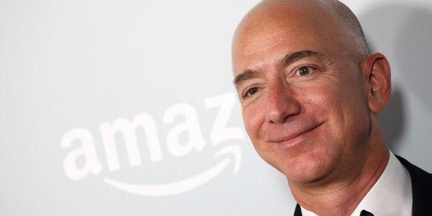 La richesse des milliardaires dans le monde a augmenté de 900 milliards l'an dernier, soit au rythme de 2,5 milliards par jour, alors que celle de la moitié la plus pauvre de la population de la planète a chuté de 11%, selon Oxfam/ Le patron d'Amazon, Jeff Bezos, est l'homme le plus riche du monde, avec près de 100 milliards d'euros de richesse. © TOMMASO BODDI / AFP