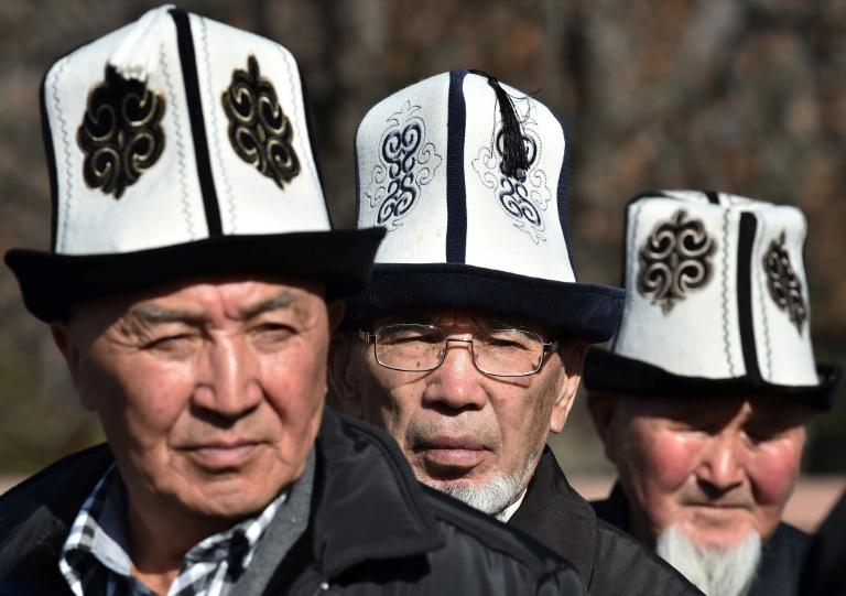 Des Kirghiz coiffés de l'Ak-Kalpak, chapeau traditionnel local, le 5 mars 2018 à Bichkek
