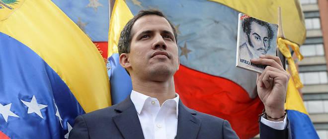 """Le président du Parlement du Venezuela Juan Guaido s'autoproclame """"président"""" par intérim devant des dizaines de milliers d'opposants au président Nicolas Maduro, à Caracas le 23 janvier 2019"""