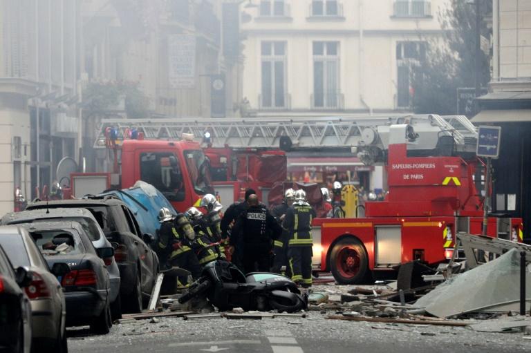 Des pompiers sur les lieux d'une explosion due au gaz qui s'est produite dans une boulangerie, le 12 janvier 2019 dans le 9e arrondissement de Paris