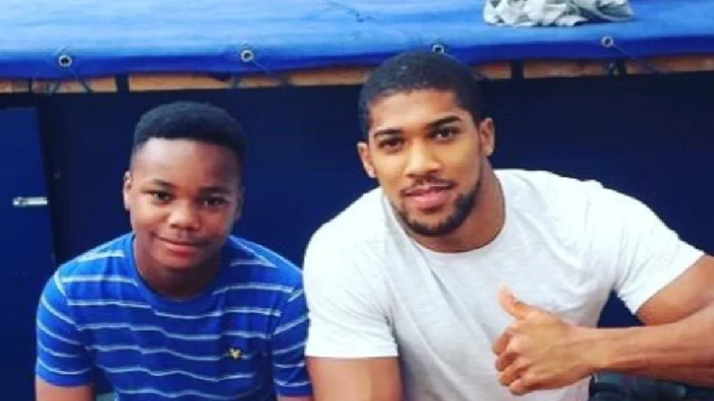 Jayden Moodie (left) with his hero, boxer Anthony Joshua. (Photo from Twitter)