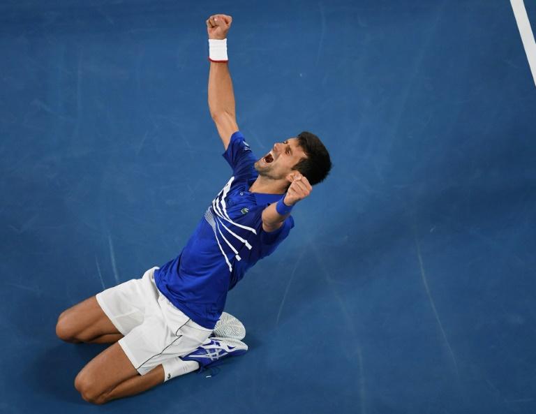 Le Serbe Novak Djokovic exulte après sa victoire en finale de l'Open d'Australie sur l'Espagnol Rafael Nadal, à Melbourne, le 27 janvier 2019