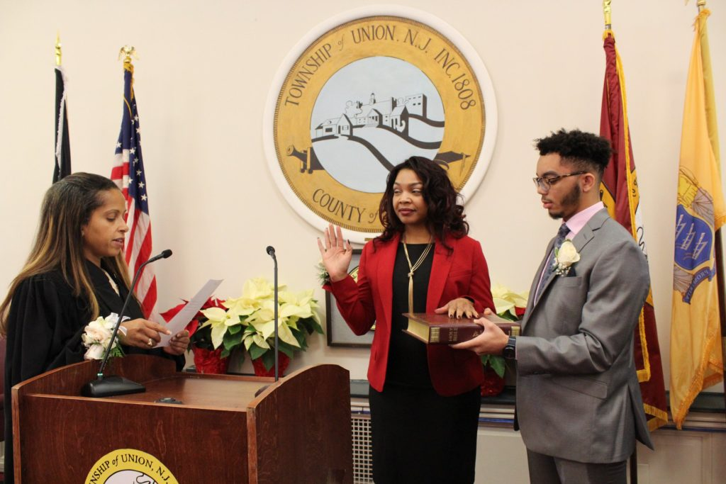 Michèle Delisfort, première femme noire à être élue maire du canton de l'Union, New-Jersey, prêtait serment lors de la réunion syndicale tenue à l'hotel de ville mardi 1er janvier./Source: www.lunionsuite.com