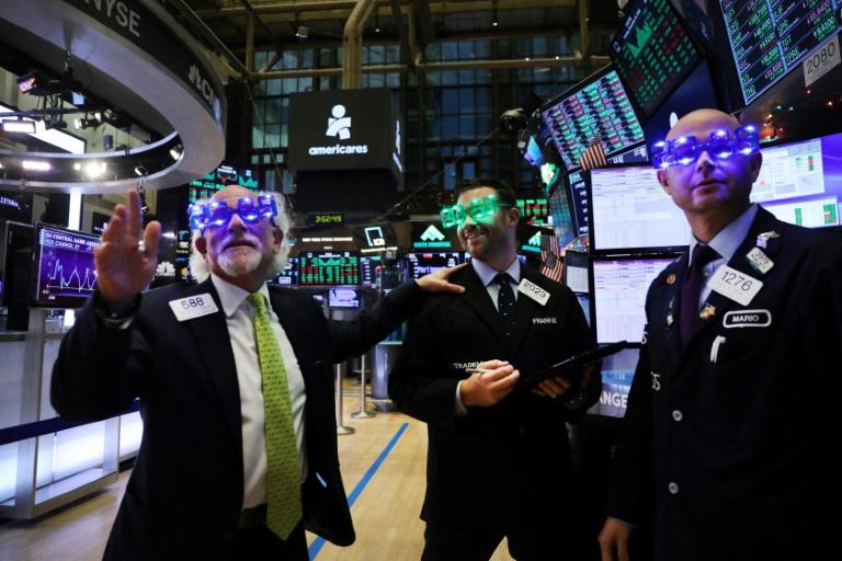 Wall Street a chuté lourdement jeudi, affaiblie par la pire séance d'Apple depuis six ans sur fond de ralentissement économique en Chine et plombée par un indicateur manufacturier américain décevant
