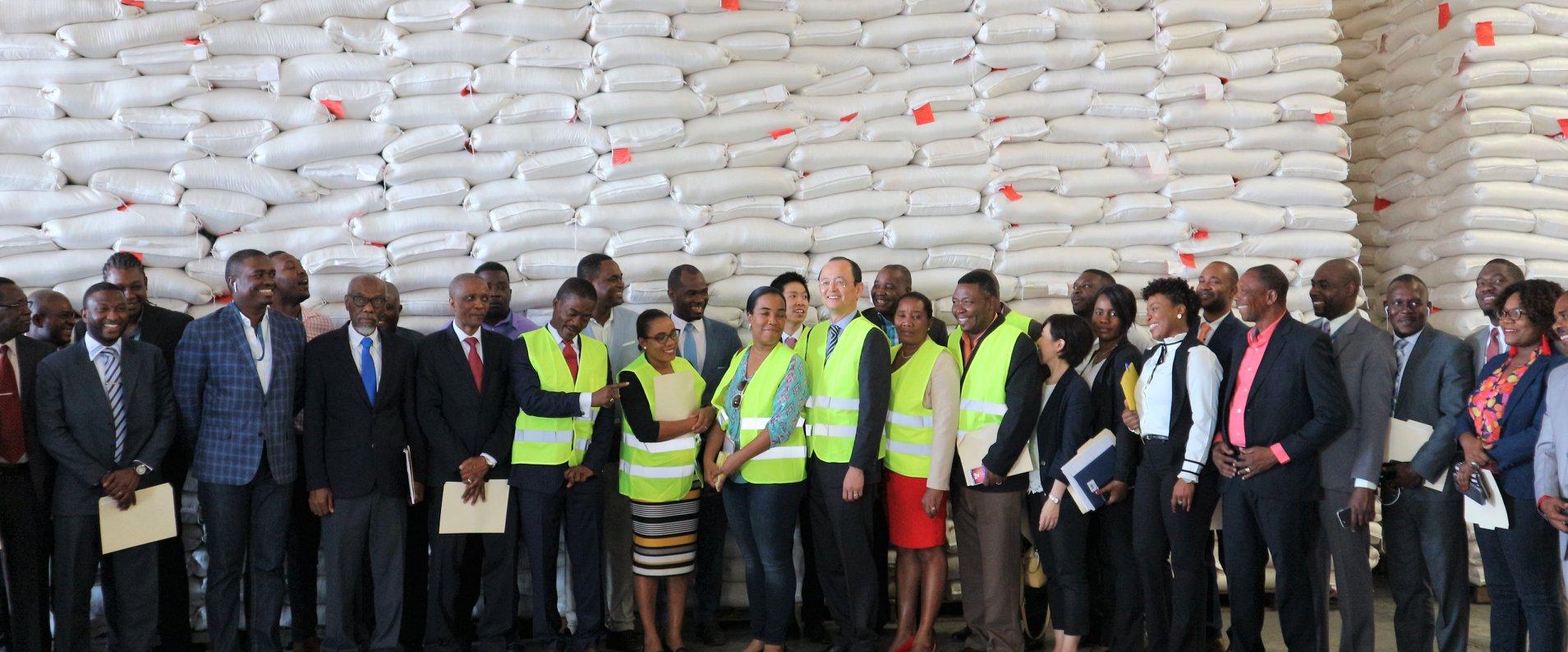 Photo de la Délégation Haitiano-Japonaise lors de la cérémonie durant laquelle le Japon a fait don de de 5 937 tonnes métriques de riz à Haïti