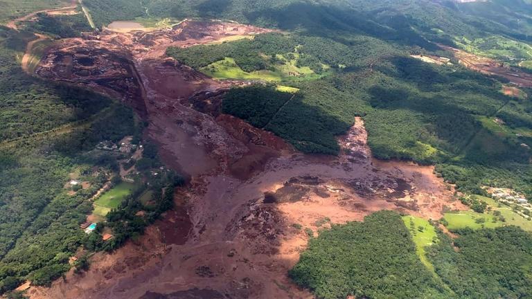 Un pont ferroviaire emporté par une coulée de boue après l'effondrement d'un barrage minier, le 25 janvier 2019 à Brumadinho, au Brésil