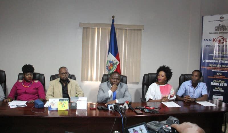 De gauche à droite : Tamara Suffren, BIC, le ministre Agénor Cadet, Darline Desca et Bélot – Crédit Photo : Page Facebook MENFP