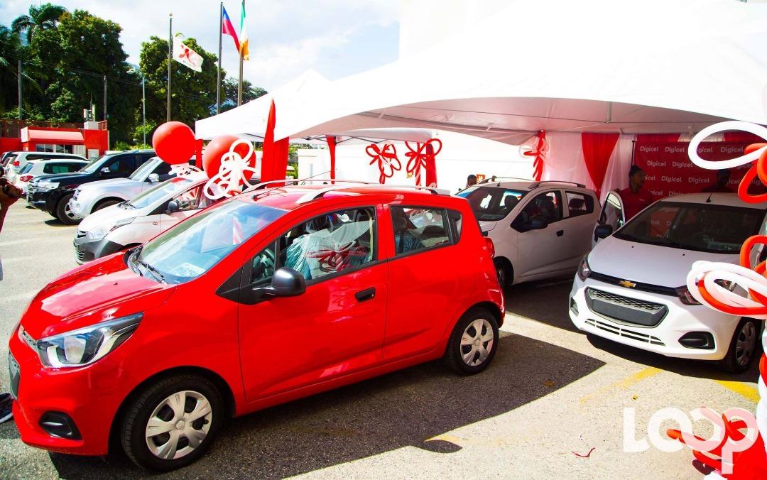 Les voitures des gagnants garées sur le parking de la Digicel avant la remise des prix
