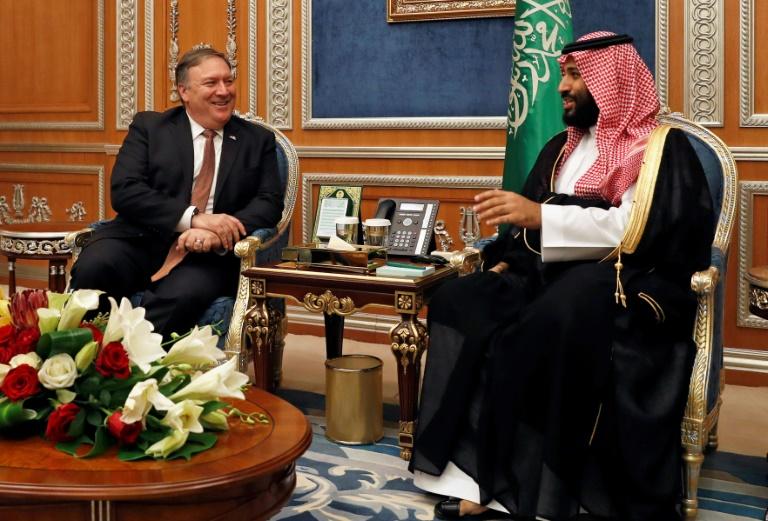 Le secrétaire d'Etat américain Mike Pompeo (G) et son homologue qatari Cheikh Mohammed ben Abderrahmane Al-Thani (D), lors d'une conférence de presse conjointe le 13 janvier 2019 à Doha