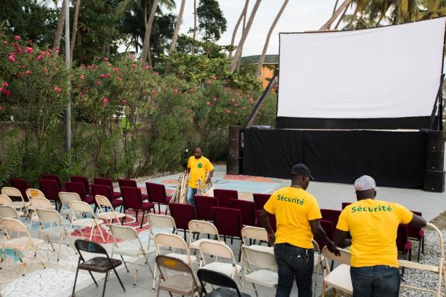 Faute de salles, la réalisatrice haïtienne Guetty Felin a choisi d'organiser les projections d'ouverture du festival Lumières du Sud sur un grand écran installé en bord de mer.  PHOTO PIERRE MICHEL JEAN, AFP