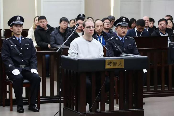 Photo fournie par le tribunal de Dalian le 14 janvier 2019 du Canadien Robert Lloyd Schellenberg (c) condamné à mort pour trafic de drogue lors de son procès à Dalian, dans le nord-est de la Chine / HO/AFP