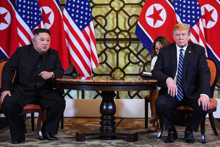 Donald Trump (D) et Kim Jong Un (G) au Sofitel Legend Metropole, à Hanoï le 28 février 2019