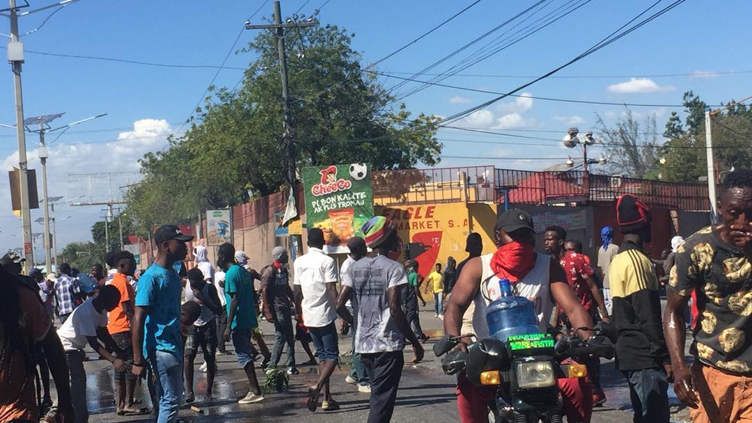 Un groupe d'individus lors d'une scène de pillage à Delmas